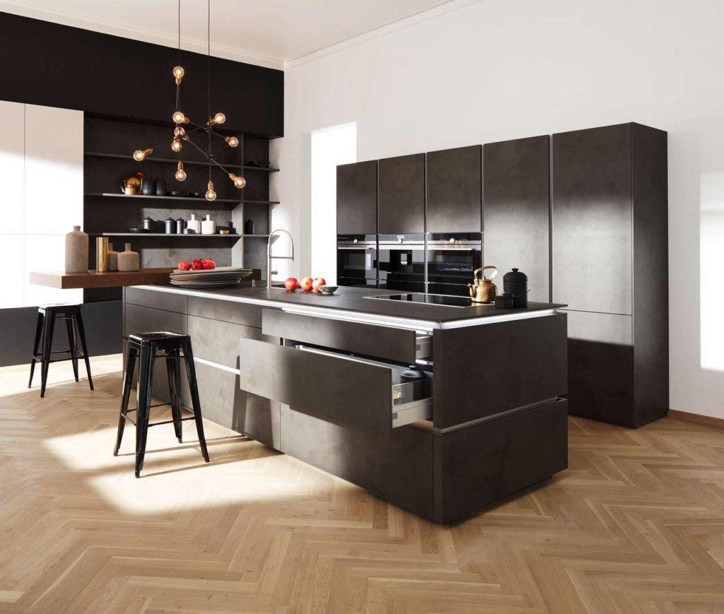 Lifestyleküche mit einer Kompakt-Einbau-Range hochwertiger Designgerä-te, darunter ein 45 cm hoher Dampfgarer (rechts) für eine fettarme, gesun-de und aromatische Essenszubereitung. (Foto: AMK)