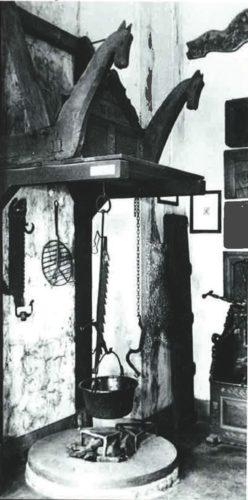 Die offene Feuerstelle mit Schwenktopf ist heute noch in mittelalterlichen Burgen zu sehen. Foto: AMK