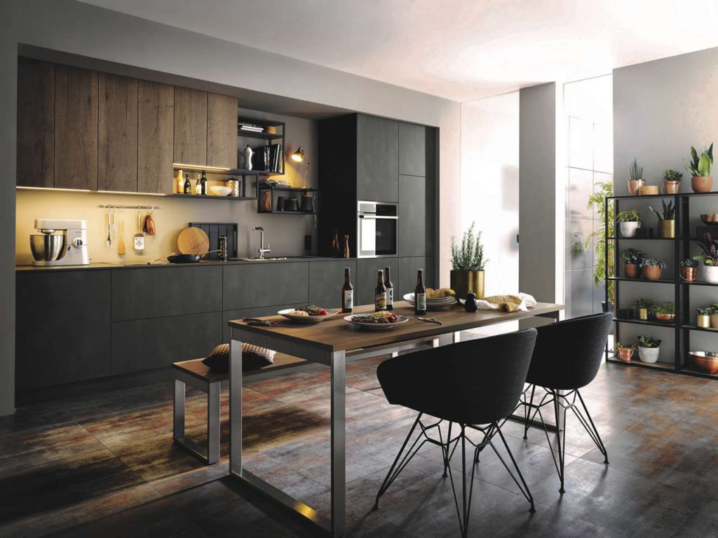 Trennung mit Verstand: Modernes Kochfeld und hocheingebauter Backofen. Foto: AMK