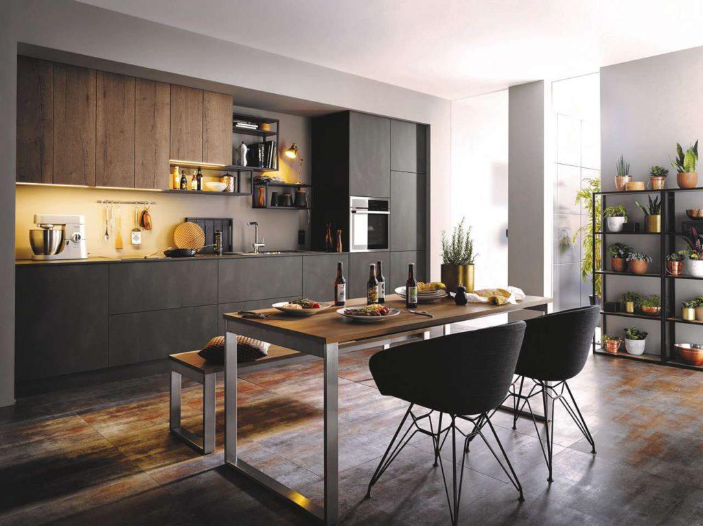 Alteiche-Nachbildung kombiniert mit metallischen Oberflächen lassen diese Küche zeitlos-elegant wirken. (Foto: AMK)