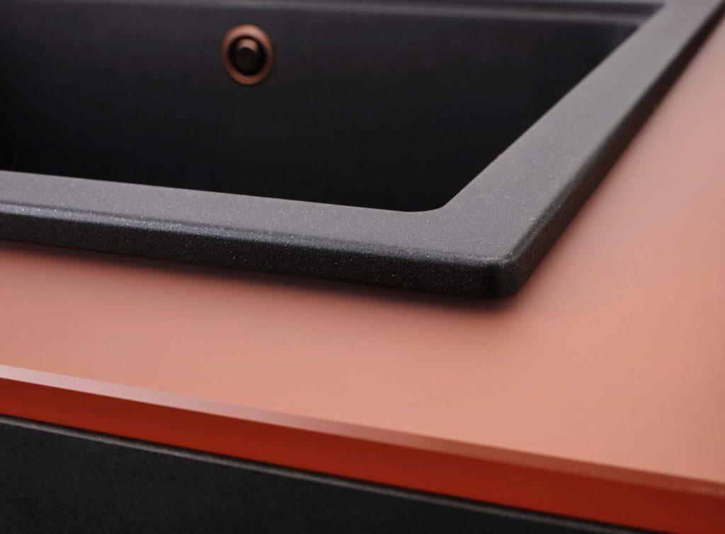 Die Oberfläche der 12 mm starken Glasarbeitsplatte weist eine samtene Haptik auf und ist äußerst hygienisch und reinigungsfreundlich – außerdem besonders stoß- und schlagfest. Foto: Franke GmbH