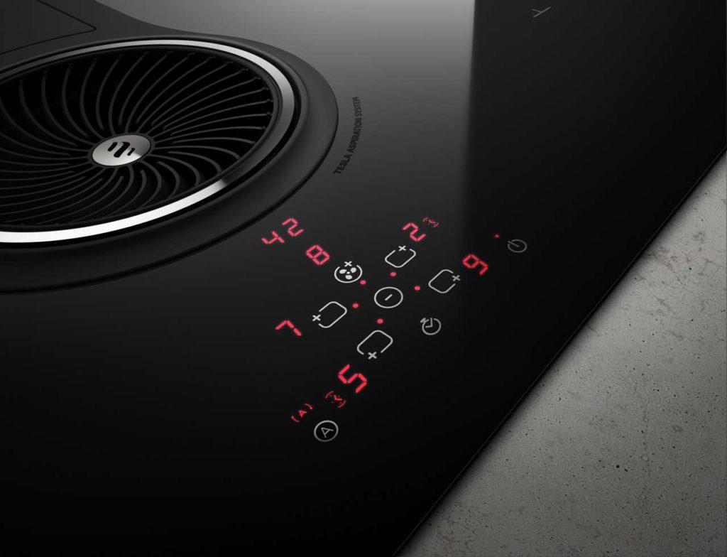 Mit der 10-fach einstellbaren Touch-Control-Steuerung können sowohl die Koch- als auch die Absaugzone bedient werden. Design Fabrizio Crisà. Foto: Elica