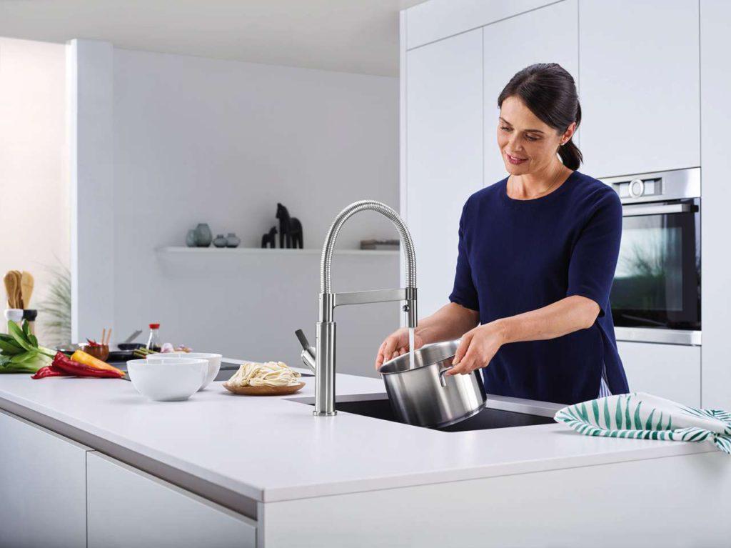 Solenta-S Senso überzeugt mit elegantem Design und einer Fülle praktischer Details, die sich im alltäglichen Gebrauch unentbehrlich machen. Funktionales Highlight ist die neuartige Sensortechnologie mit berührungsloser Start-Stopp-Funktion. So sind immer beide Hände frei, um beispielsweise einen Spaghetti-Topf mit Wasser zu befüllen. Foto: Blanco
