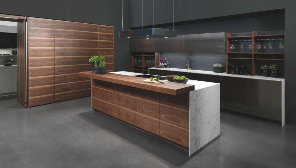 Warme Hölzer sind die idealen Kombinationspartner zu zeitlosen Edelstahlfronten. Foto: rational einbauküchen GmbH