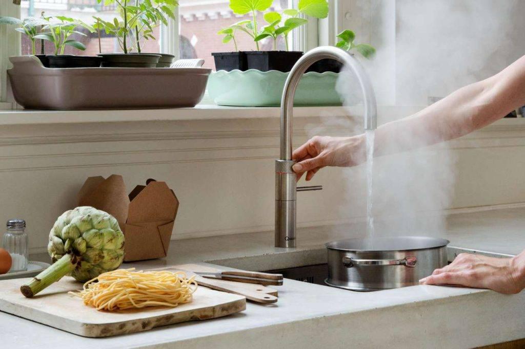 Mit einem Kochend-Wasserhahn lassen sich viele alltägliche Handgriffe in der Küche schneller und komfortabler erledigen. Foto: djd/Quooker