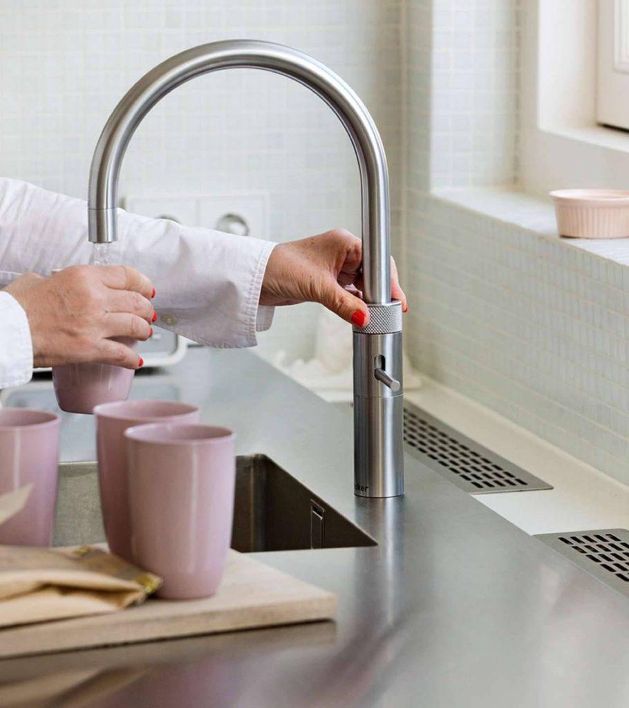 Temperiert ganz nach Bedarf: Kochendes, warmes oder kaltes Wasser stehen jederzeit aus dem Spezialhahn zur Verfügung - ganz ohne Wartezeit. Foto: djd/Quooker