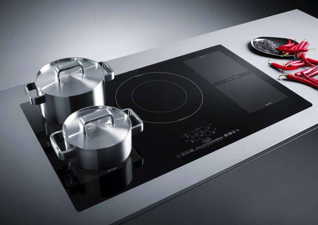 Mit der Technologie der flexiblen Induktion lässt sich das Kochfeld in zwei getrennte Zonen aufteilen oder zu einer besonders großen Zone zusammenschalten – perfekt für ovale, rechteckige und längliche Pfan-nen oder Bräter und die gleichzeitige Nutzung mehrerer normaler Töpfe. Foto: AMK