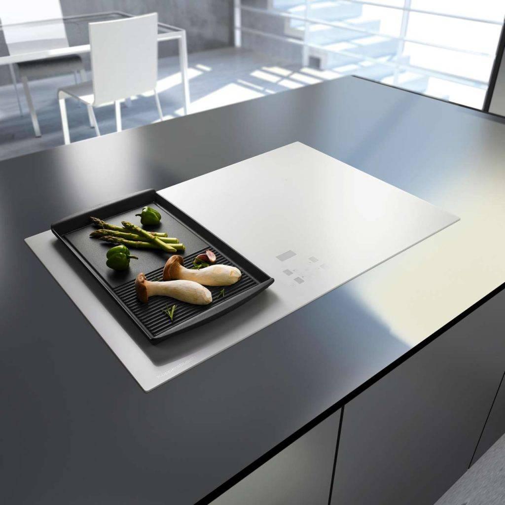 Alternativ zum üblichen Schwarz: Rahmenlos aus weißem Glas, mit Edelstahlrahmen oder mit Facettenschliff. Foto: AMK