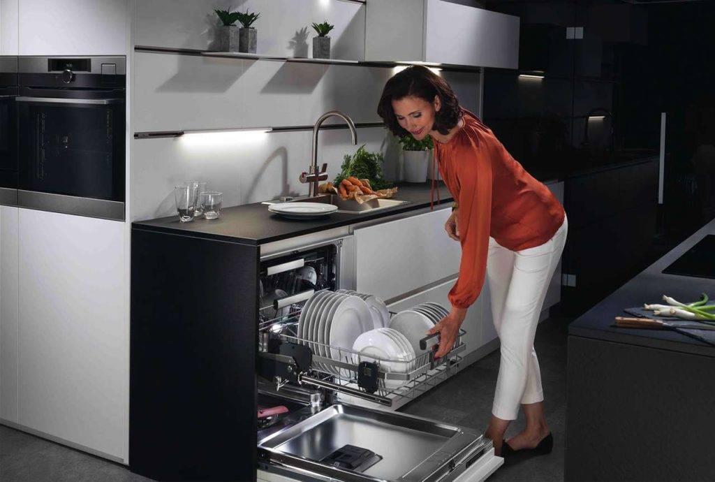 Der intelligente Geschirrspüler besitzt einen unteren Geschirrkorb, der bei Bedarf ganz einfach nach oben gleitet – für einfaches und mühelo-ses Be- und Entladen. Das ist nicht nur bequem, sondern auch ergono-misch sinnvoll – und zudem rückenschonend. Foto: AMK
