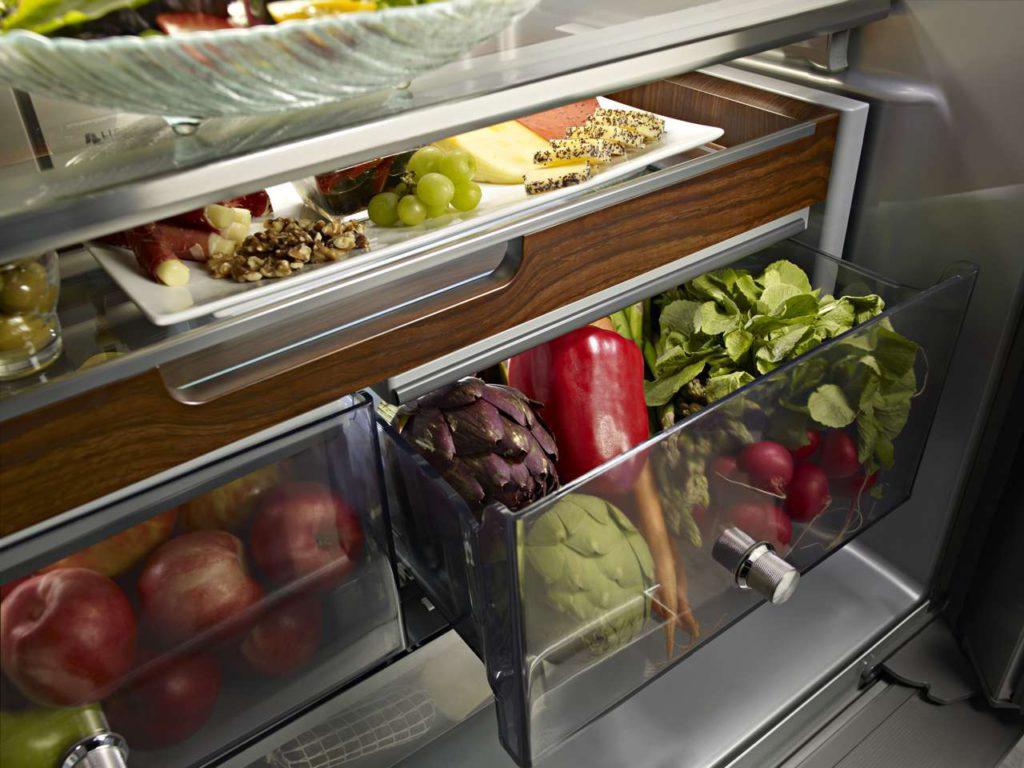 Edel ist der Auszug in Eichenholz-Optik im Innenraum des Kühlschranks. Foto: KitchenAid