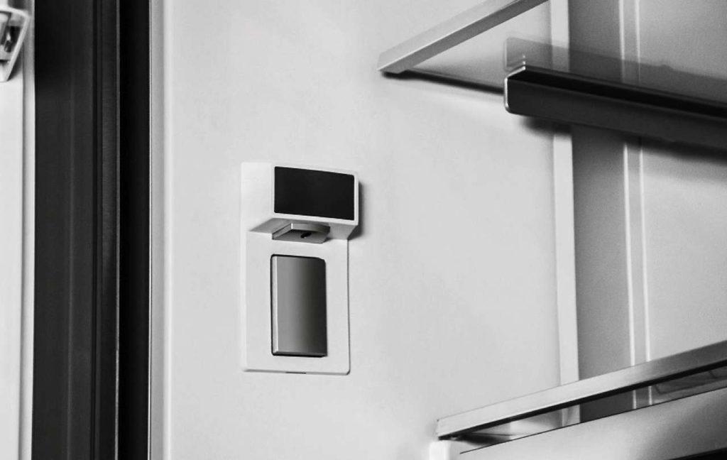Mit dem GWN 21210 X präsentiert Grundig den ersten Side-by-Side Kühlschrank mit integriertem Weinkühler und Wasserspender. Foto: © Grundig Intermedia GmbH
