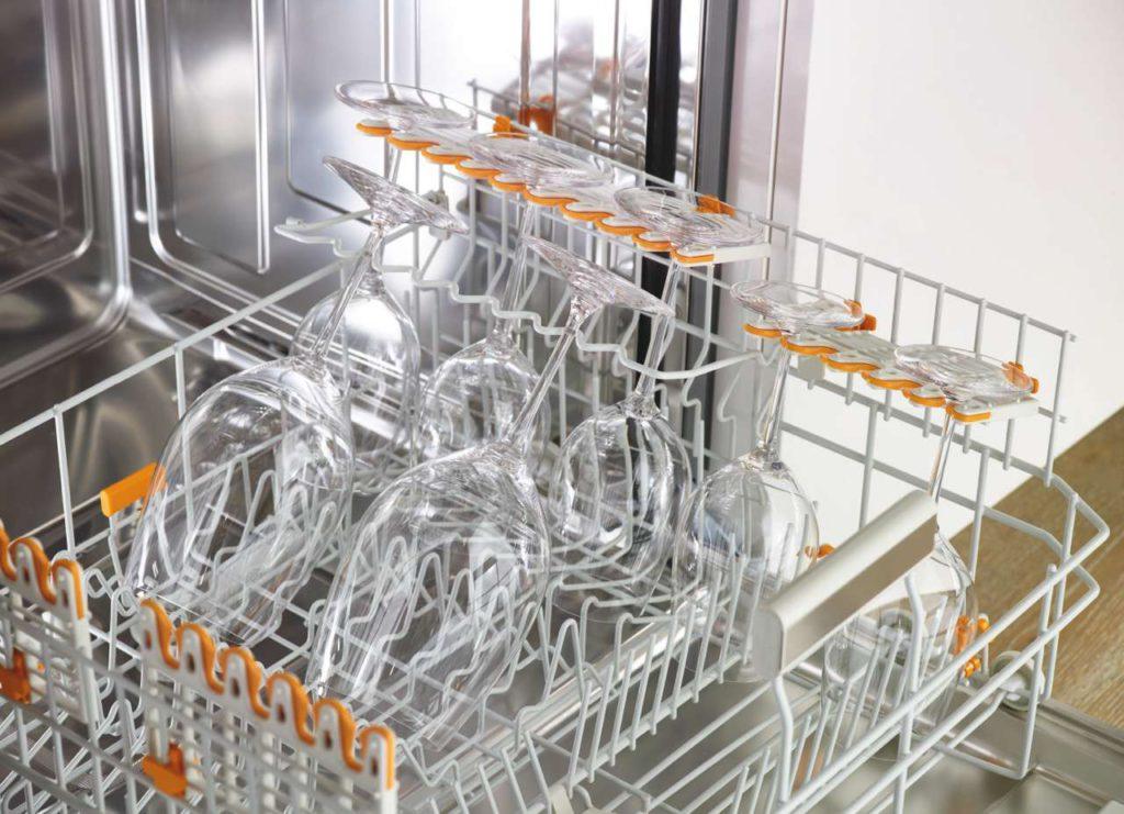 Die FlexCare-Gläserhalter mit genoppten Tassenauflagen und Silikonpolstern in den Auflageöffnungen sorgen für den sicheren Halt von langstieligen Weingläsern. Foto: Miele
