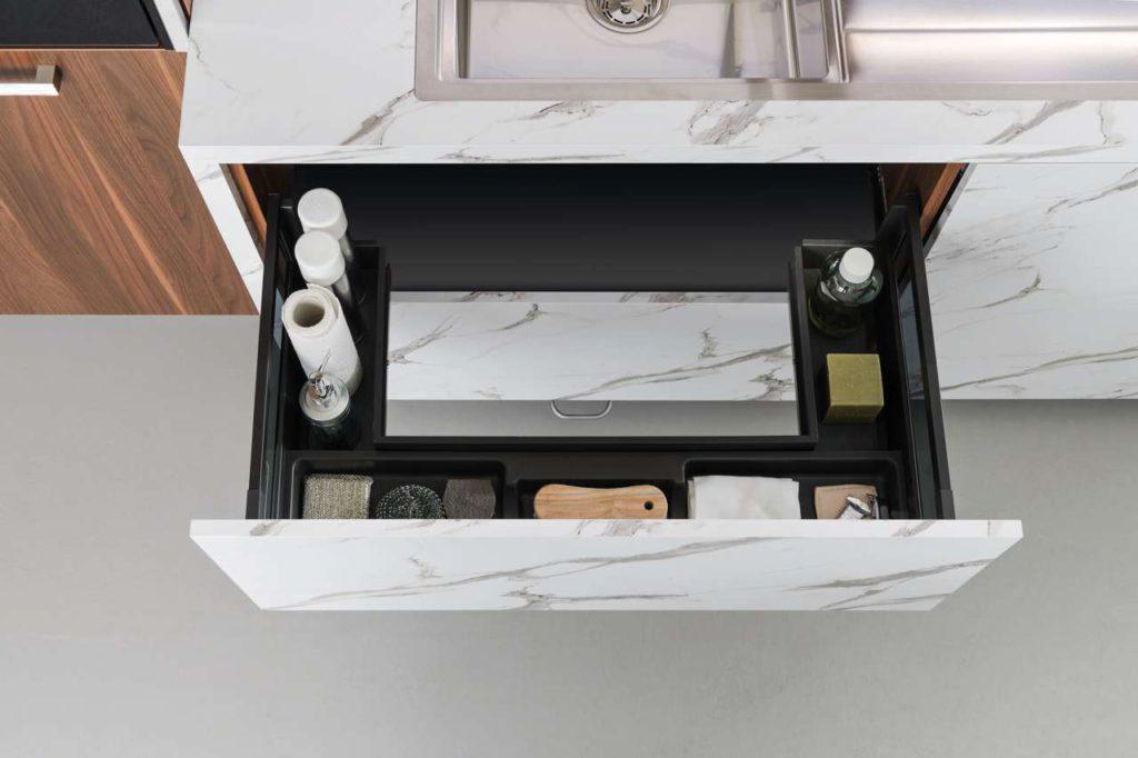 Der Spülen-Unterschrank ist ein unterschätztes Möbel für Stauräume. Exklusiv für seine Auszüge hat SCHMIDT Küchen auch herausnehmbare Körbe entwi- ckelt, die direkt auf der Arbeitsplatte oder dem Tisch platziert werden können. Foto: SCHMIDT Küchen