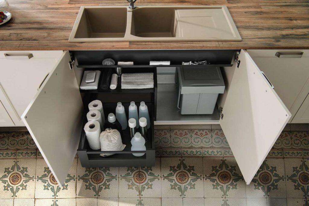 Funktionen nach Maß: SCHMIDT Küchen räumt im Spülen-Unterschrank auf