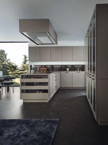 Durchgängig elegant und wohnlich ist das neue Rahmenprogramm von LEICHT. Charakteristisch ist die stimmige Integration technischer Komponenten wie die ummantelte Dunstabzugshaube. Die hochwertige Küchenplanung beinhaltet für LEICHT stets auch den individuellen Innenausbau und maßgefertigte Lösungen. Foto: LEICHT