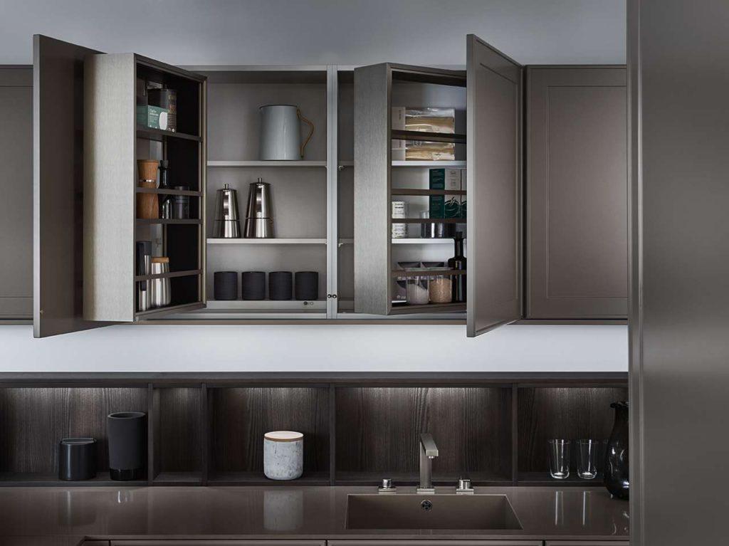 Durchdachte Organisation des Schrankinnenraumes: die von LEICHT entwickelte Ausstattungsserie für Hoch- und Hängeschränke interior + kommt auch in der neuen Küche zum Einsatz: Ein komplett aus- schwenkbares Regal, das beidseitig zugänglich ist und gleichzeitig den Zugang zum dahinter liegenden Stauraum ermöglicht. Foto: LEICHT