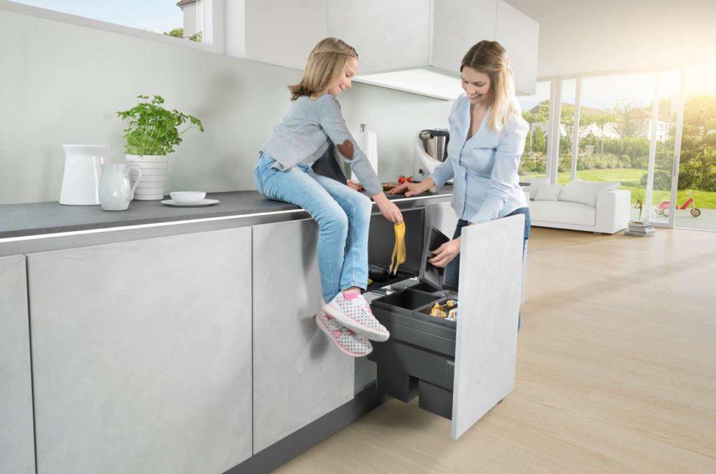 Abfallsysteme unter der Spüle gibt es – je nach verfügbarem Raum und Nutzungsverhalten in vielen Varianten. Herausnehmbare Kunststoff-eimer für Spülunterschränke sind praktisch und komfortabel. Foto: AMK