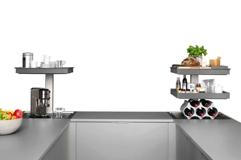 Optimale Ausnutzung des Stauraumes in jeder Küchenecke. Nach dem Ausfahren bietet sich ein komfortabler ergonomischer Zugang zum Staugut auf Höhe der Arbeitsfläche inklusive integrierter LED-Beleuchtung. Foto: AMK