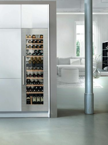 Qualität, Design und Innovation: Die Kühl-Gefrierkombination CBNes 6256 und der Weintemperierschrank EWTgb 3583 sind mit dem reddot Design Award ausgezeichnet worden. Foto: Liebherr