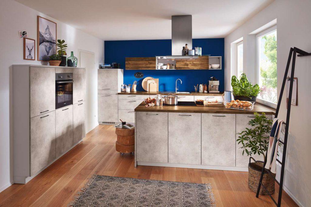 Der Beton-Look lässt sich bestens mit anderen Farben und Materialien kombinieren. Foto: djd/KüchenTreff