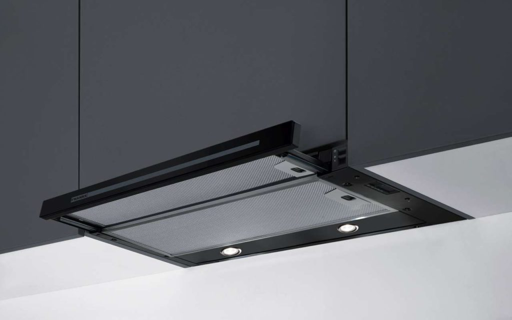 Die Flachschirmhaube Smart ist der zweite Hauben-Neuzugang der Produktfamilie Smart von Franke. Sie ist in Schwarz und Weiß erhältlich.Fotos: Franke GmbH