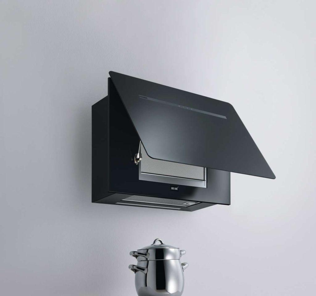 Dank der leistungsstarken Randabsaugung muss das Glaspaneel für den Betrieb nicht geöffnet werden – die Kopffreihaube Smart Flat arbeitet im geöffneten und geschlossenen Zustand bei einer maximalen Geräuschentwicklung von 67 dB.Fotos: Franke GmbH