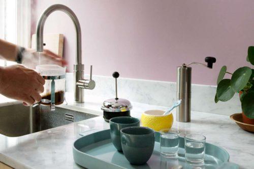 Ob für das Teewasser oder zum Blanchieren von Gemüse: Kochendes Wasser wird in der Küche eigentlich immer benötigt. Ein spezieller Kochend-Wasserhahn hilft dabei, Zeit und Energie zu sparen. Foto: djd/Quooker
