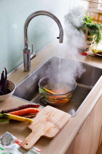 Wasserkocher, Eierkocher und Co. braucht es nicht: Der Wasserhahn mit Kochwasser auf Knopfdruck spart viele andere Elektrogeräte in der Küche ein. Foto: djd/Quooker