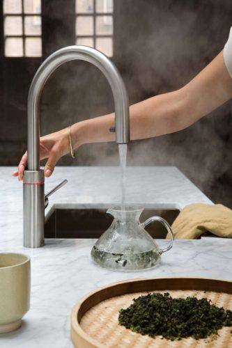 Der Kochend-Wasserhahn passt mit seiner zeitlos-eleganten Optik in jede Küche, das vakuumisolierte Wasserreservoir bleibt unter der Spüle gut verborgen. Foto: djd/Quooker