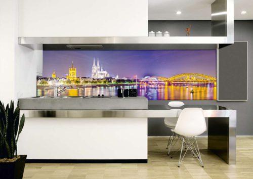 Die individuellen Rückwände aus Glas der Firma Glasprinter sorgen mit ihren einzigartigen Bildmotiven für einen tollen Blickfang im Raum. (Foto: epr/Glasprinter/©Adriano Pecchio, photofoyer 2007/©Sean Pavone, Photo/Fotolia)
