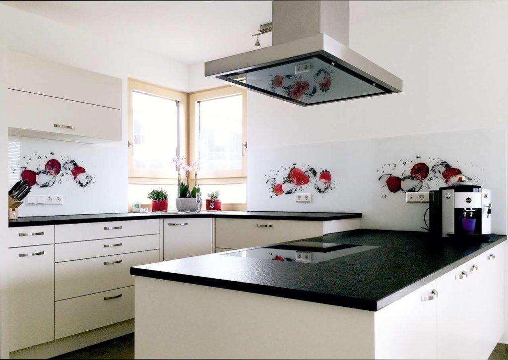 Die Glasrückwände von der Firma Glasprinter bringen frischen Wind in unser Zuhause und verleihen der Küche im Nu einen neuen Look. (Foto: epr/Glasprinter/©Jag_cz/Shutterstock)
