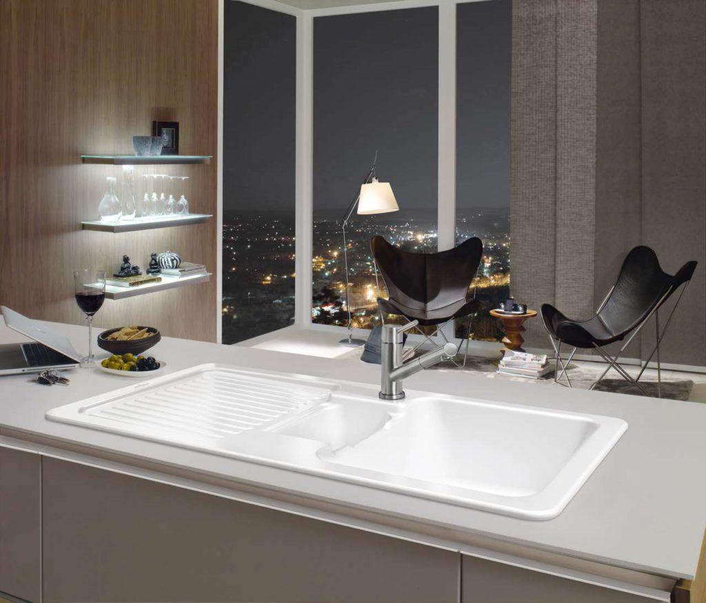 Der Star in der Küche: Mit den hochwertigen Keramikspülen von Villeroy & Boch schafft man sich auf jeden Fall ein robustes wie optisches Highlight. Foto: epr/Villeroy & Boch