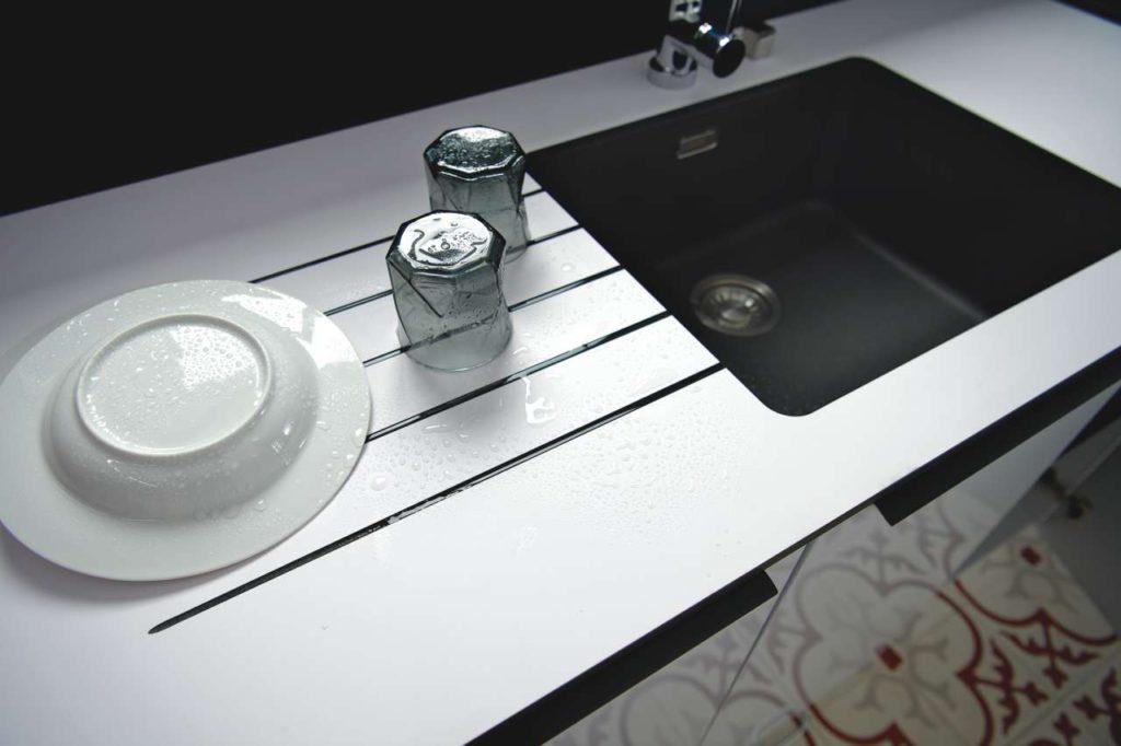 Diese Neuheit aus dem Hause des fünftgrößten Küchenherstellers Europas ist nicht nur eine widerstandsfähige, pflegeleichte und wasserabweisende Arbeitsunterlage, sondern zugleich auch ein Blickfang. Foto: Schmidt Küchen