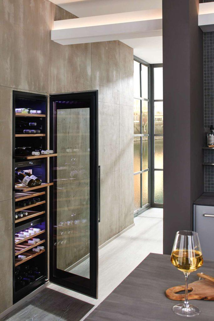 Der Weinklimaschrank FWK 8800.0 genügt mit einer Kapazität von bis zu 97 Flaschen und drei Temperaturzonen selbst professionellen Ansprüchen.Foto: ©Küppersbusch