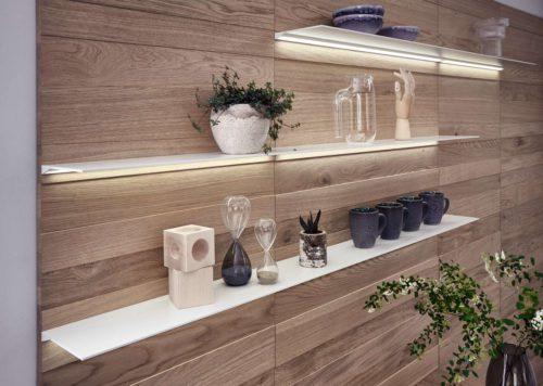 Accessoires geben der Küche eine wohnliche und persönliche Note: Filigrane Fachborde werden in die hochwertige Paneelwand integriert und individuell positioniert. Foto: LEICHT / P. Schumacher