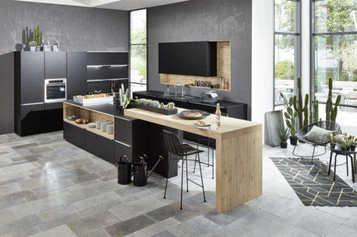 Eine zentrale, freistehende Kochinsel als Mittelpunkt des Familienlebens: Offene Wohnküchen liegen im Trend. Foto: djd/TopaTeam/Nolte