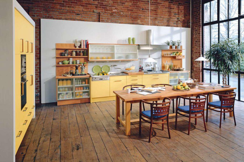 Viel Platz für die ganze Familie und für gute Freunde: Wohnküchen stehen für Geselligkeit und Kommunikation. Foto: djd/TopaTeam/Bax