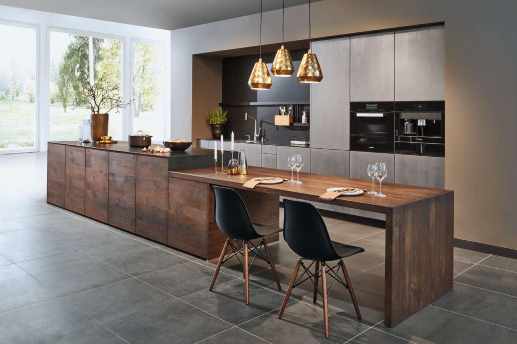 Bei der Einrichtung der Wohnküche haben Hausbesitzer alle Möglichkeiten. Besonders modern wirkt etwa eine zweizeilige Gestaltung. Eine persönliche Beratung dazu gibt es bei Tischler- und Schreinerbetrieben vor Ort. Foto: djd/TopaTeam/Zeyko