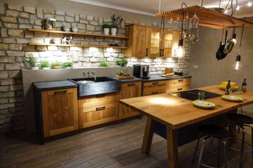 Modern-puristisch oder gemütlich mit warmen Holztönen: Bei Materialien, Oberflächen und Farben der neuen Küche entscheidet allein der persönliche Geschmack. Foto: djd/TopaTeam/Bax