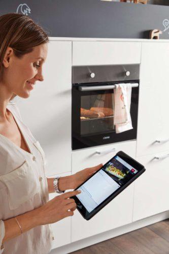 Backofen und andere Elektrogeräte lassen sich mit einer App ganz einfach über Smartphone und Tablet steuern. Foto: djd/KüchenTreff