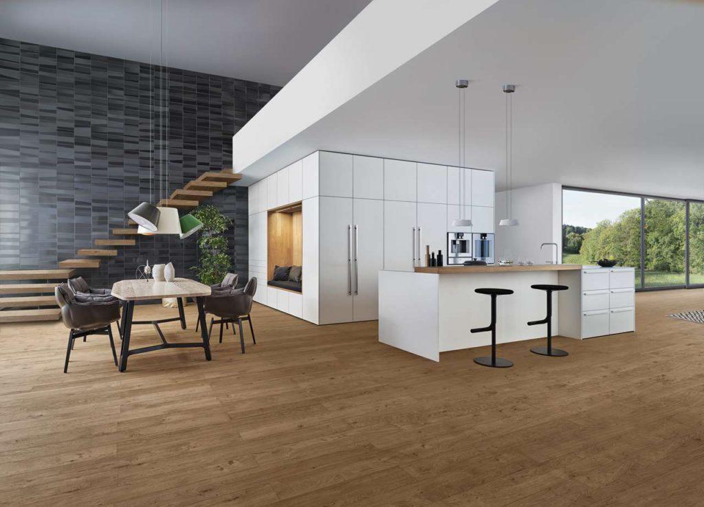 Eine völlig neue Küchenarchitektur zeigt diese Designküche ein frei stehender Kubus, dessen Inneres begehbar ist und ganz nach Kundenwunsch mit entsprechenden Funktions- und Stauraumlösungen ausgestattet wird. Foto: AMK