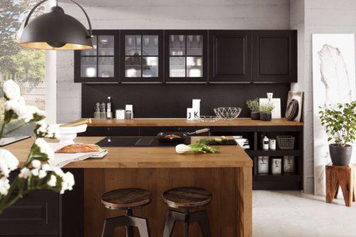 Moderne trifft Landhaus: Diese Wohnküche begeistert durch einen gekonnten Spannungsbogen, denn hier vereinen sich ein modern-urbaner Landhausstil mit Elementen des angesagten, topaktuellen Industriedesigns. Foto: AMK