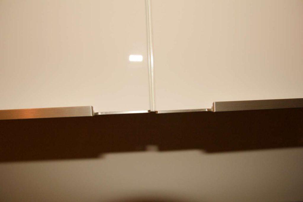 Verschiedene Schubladen und Hochschränke schließen nicht bündig. Foto: ©Küchen Journal