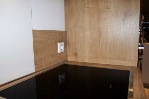Die Steckdose hinter dem Kochfeld ist ein potenzielle Gefahrenquelle und wird außerdem mit der Zeit sehr verschmutzen. Foto: ©Küchen Journal