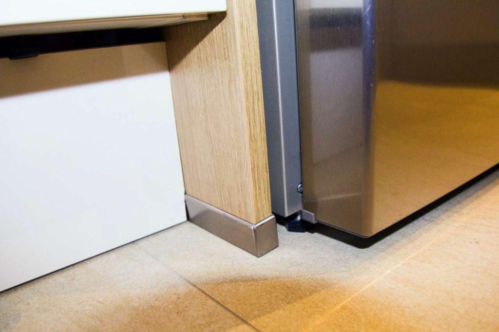Was nicht passt, wird passend gemacht: Ein Teil der Blende wurde verbogen eingesetzt, der Fuß steht schief. Fotos: ©Küchen Journal