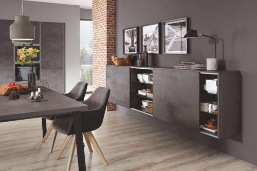 Für den Essplatz haben wir alternativ eine wohnliche Sideboard-Kombination mit Schiebetüren eingeplant, die noch mehr Unterbringungsmöglichkeiten für Geschirr und Co. bietet. Foto: Nobilia