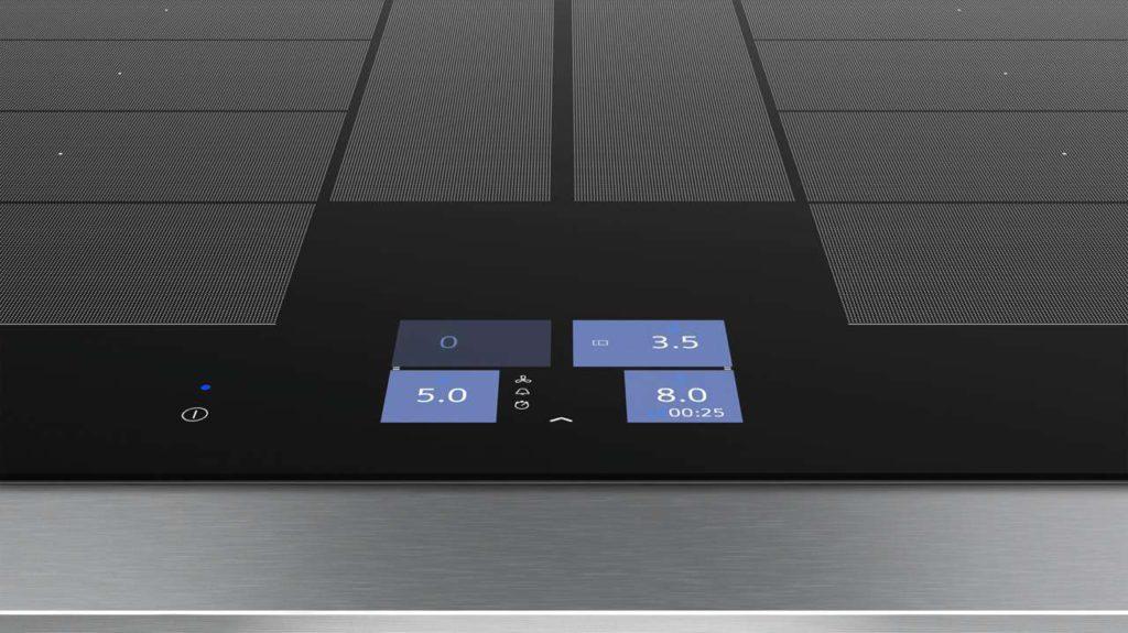 Premium-Modell mit flexibler Induktion, Bratsensor, 17 Leistungsstufen und einer Assistenzfunktion beim Kochen. Das WLAN-fähige Kochfeld kann mit einem passenden smarten Dunstabzug vernetzt werden. Foto: AMK