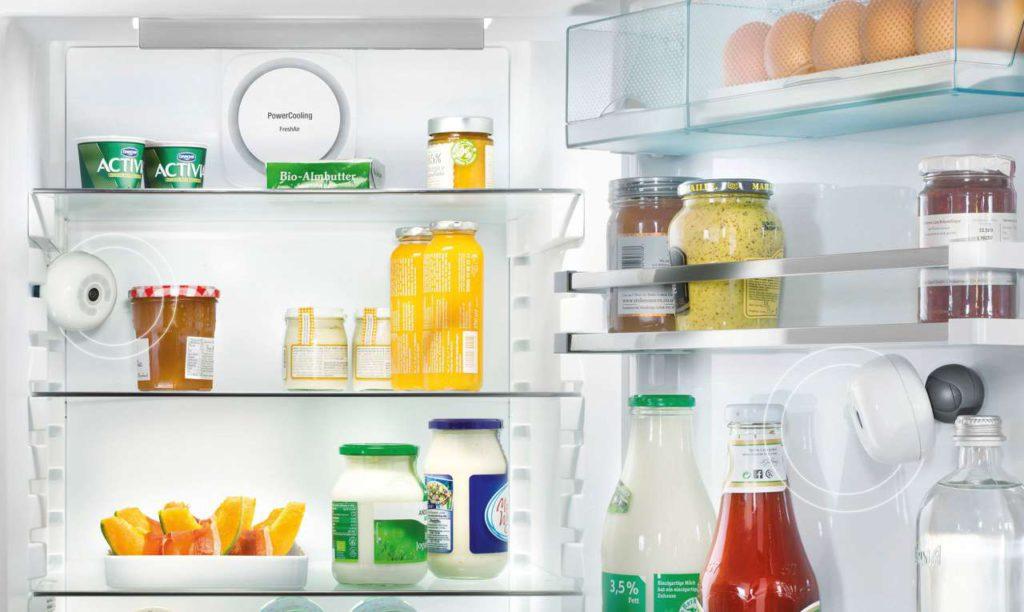 Lästige Doppeleinkäufe lassen sich vermeiden, denn dafür sorgen in die-sem Kühlschrank modular integrierte Kameras. Sie ermöglichen einen Blick ins Innere − jederzeit sowie ortsunabhängig. Foto: AMK