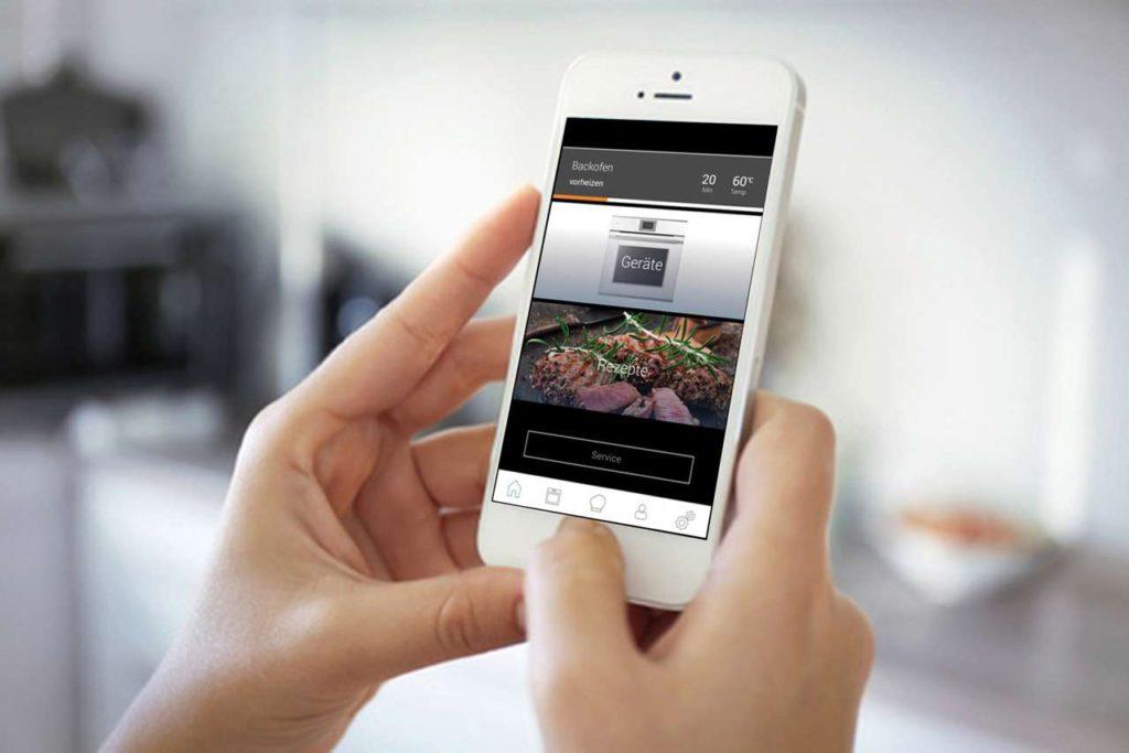 Anregungen und Profitipps zum Backen holen sich heutzutage viele per App. Mit einem vernetzten Marken-Einbaugerät gelingt beispielsweise das Selbstgebackene so perfekt und ganz nach Wunsch. Foto: AMK