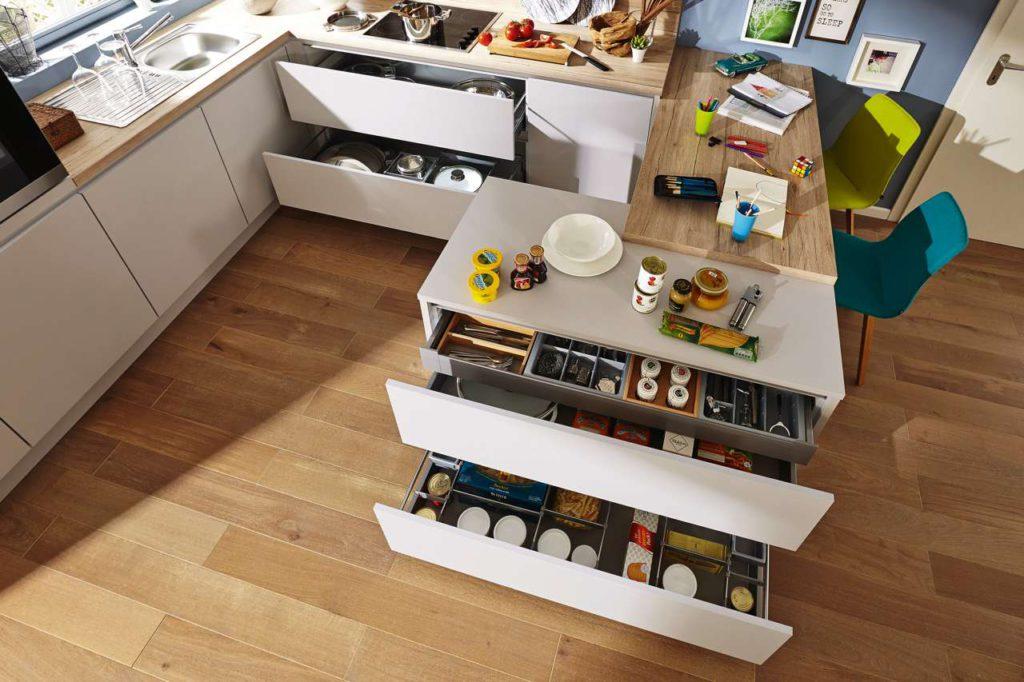 Eine übersichtliche Küche, bei der alles am richtigen Platz und in direkter Griffnähe ist, erleichtert die Arbeit. Foto: djd/KüchenTreff